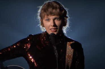 "Taylor Swift, primo live di ""Betty"" agli Academy Country Music Awards 2020 – video"