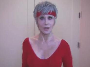 Jane Fonda torna a dare lezioni di fitness per invogliare gli americani al voto di novembre – video