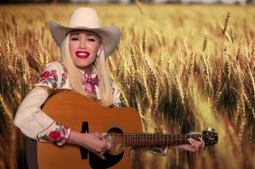 """Gwen Stefani reinterpreta in versione country alcuni suoi classici: da """"Hollaback Girl"""" a """"Don't Speak"""" – video"""