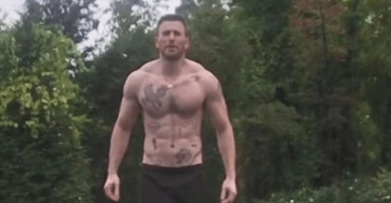 Chris Evans in costume, nuovi tattoo e tuffo virale in piscina – il video