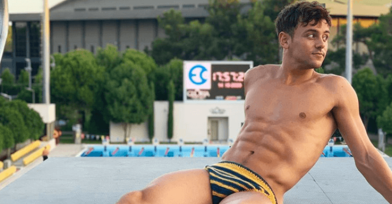 Tom Daley, chiappe da urlo con i costumi all'UNCINETTO – le foto social