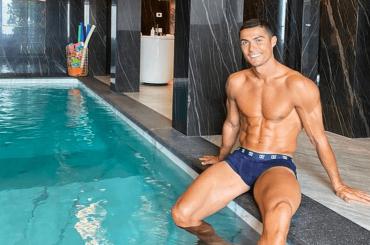 Cristiano Ronaldo, isolamento da Covid in piscina con costume – la foto social
