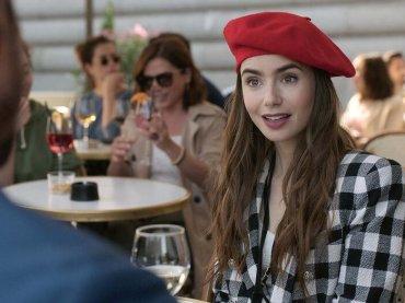"""Emily in Paris, i critici francesi stroncano la serie Netflix: """"Imbarazzante, cliché insostenibili"""""""