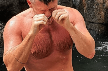 Luke Evans bagnato e in costume, la foto social