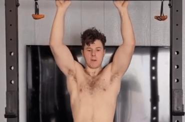 Nolan Gould di Modern Family è cresciuto e ora mostra i muscoli, il video social