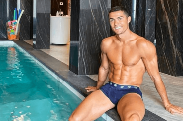 Cristiano Ronaldo, spogliarello in panchina prima di entrare in  campo contro lo Spezia – foto