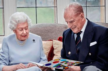 73 anni di matrimonio per la Regina Elisabetta e il principe Filippo, la foto social che li celebra