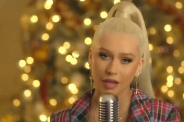 Christina Aguilera canta gli auguri di Natale sui social, video