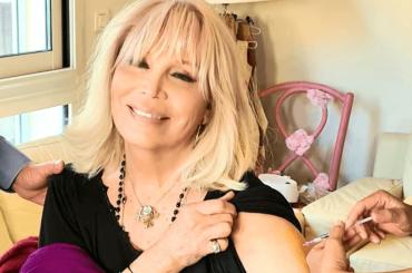 Amanda Lear vaccinata contro il Covid-19, la memoria del mondo è salva