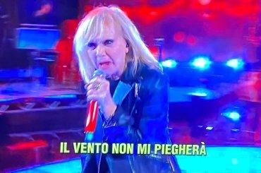 """""""Rita Pavone è Miley Cyrus da vecchia"""", la replica della cantante sbanca Capodanno"""