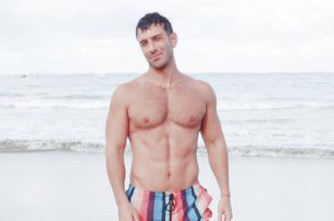 Jwan Yosef bagnato e da urlo in costume, le foto social