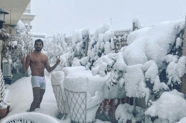 Paco León di La casa de las flores in mutande tra la neve di Madrid, la foto social