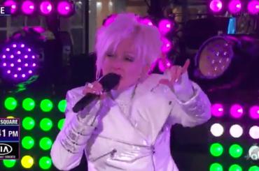 Cyndi Lauper, il live tv a Capodanno è un disastro e diventa virale – video