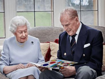 Addio al Principe Filippo, la Regina Elisabetta II piange il suo primo e unico amore