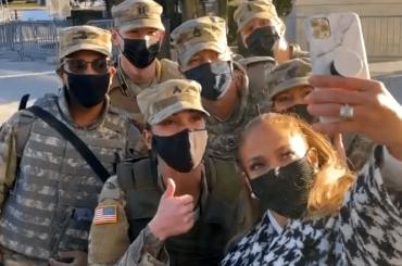 Inauguration Day, selfie con l'esercito prima del concerto per Jennifer Lopez – video