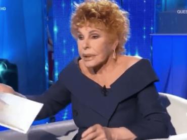 """Ornella Vanoni Show tra """"airbag di Mara Venier"""" e """"scellophanare"""" – i video"""