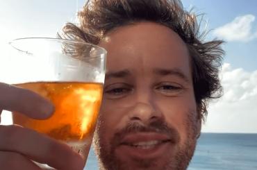 Armie Hammer nudo in spiaggia, la foto social