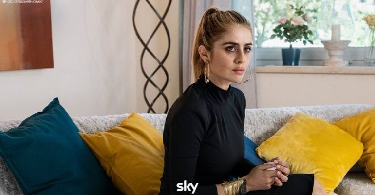 Speravo de morì Prima, Greta Scarano è Ilary Blasi nella fiction su Francesco Totti – la prima immagine ufficiale