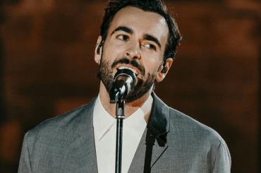 """Marco Mengoni canta """"L'anno che verrà"""" di Lucio Dalla, il video"""
