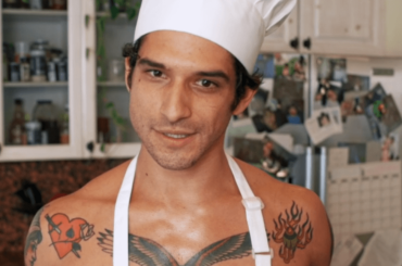 Tyler Posey cucina nudo su OnlyFans, le foto