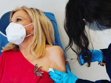 """Sandra Milo vaccinata contro il Covid-19: """"Invito tutti a farlo, per il bene dell'intera collettività"""""""