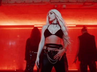 """""""My Head & My Heart"""", Ava Max omaggia la dance anni '90 – il video ufficiale"""