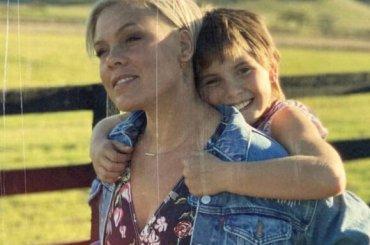 """Pink canta con sua figlia di 9 anni, ecco """"Cover Me In Sunshine"""" – audio"""