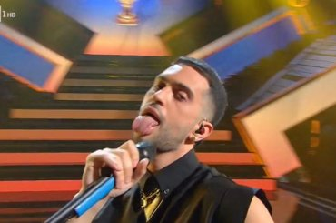 Mahmood show a Sanremo con un super medley – video
