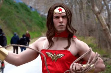 Lorenzo Balducci è la Wonder Woman del Grande Raccordo Anulare – il video