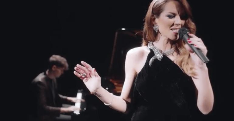 Roberta Ruiu acustica a teatro celebra i 20 anni delle Lollipop con un super medley – VIDEO