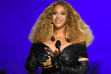 Grammy 2021, i vincitori: Beyoncé nella storia con 28 trionfi – Taylor Swift disco dell'anno, premiata Dua Lipa