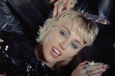 """Angels Like You, il nuovo video di Miley Cyrus: """"Vaccinatevi, facciamo tornare la musica dal vivo"""""""