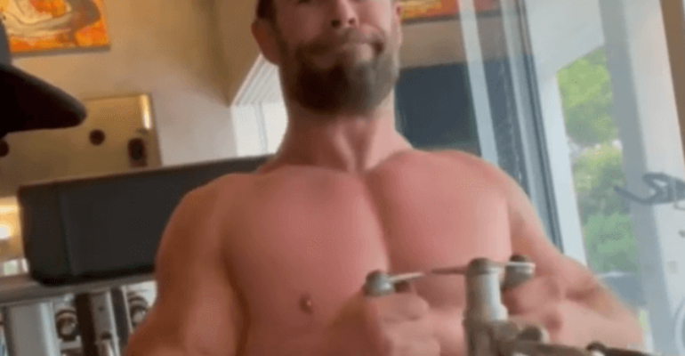 Chris Hemsworth si allena sui social, il video tutto sudore e muscoli è virale