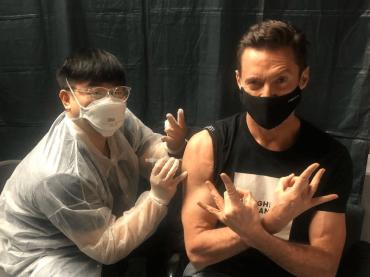 """Hugh Jackman: """"L'auto-rigenerazione di Wolverine non può salvarmi dal Covid. Il vaccino sì, fatelo!"""""""