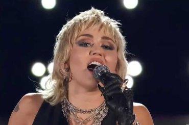 """Miley Cyrus canta """"We Will Rock You"""" e """"Don't Stop Me Now"""" dei QUEEN – ecco tutto il mini concerto, video"""