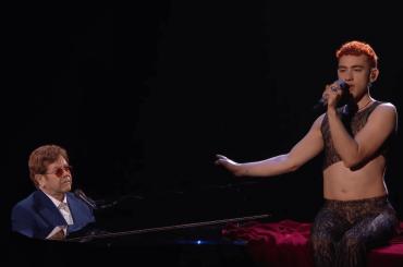 """Brit Awards 2021, vincitori ed esibizioni – Elton John e Olly Alexander incantano con """"It's A Sin"""" – video"""