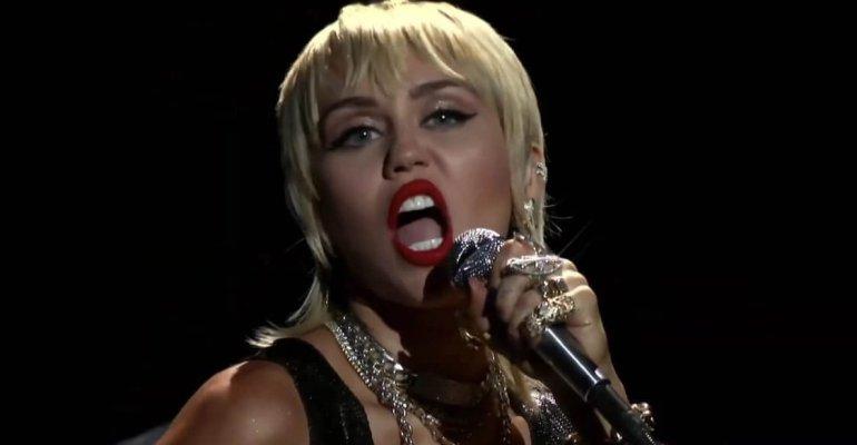 Miley Cyrus canta Nothing Else Matters dei Metallica insieme ad Elton John – AUDIO