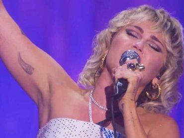 "Miley Cyrus canta ""Believe"" di Cher  circondata da drag queen – video"