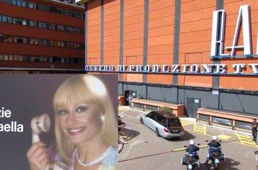 Mamma Rai, Roma e l'Italia salutano Raffaella Carrà: Il corteo in diretta tv è un commosso bagno di folla