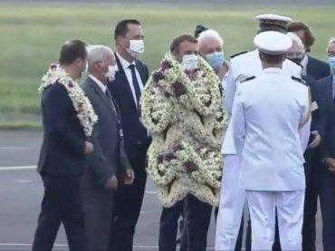 Emmanuel Macron sommerso dalle collane di fiori è il video dell'estate 2021