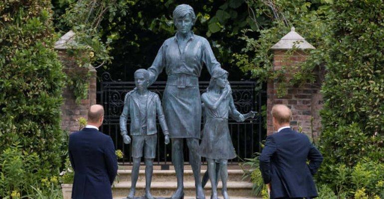 """Harry e William ricordano Diana, che oggi avrebbe compiuto 60 anni: """"Ogni giorno vorremmo che lei fosse ancora con noi"""""""