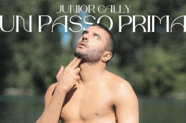 """Junior Cally nudo e a nudo: """"Vado a curare le mie dipendenze, prima che sia troppo tardi, sono un alcolista"""""""