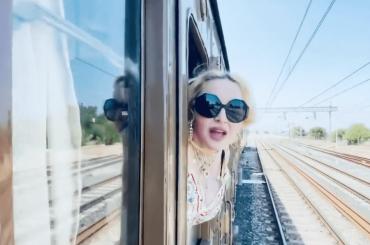 """Madonna se ne va in treno: """"Ciao Italia, ciao Puglia"""" – video"""