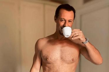 Stefano Accorsi, il caffè del mattino è un trionfo ormonale – le foto social