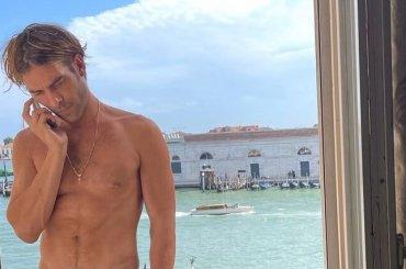 Jon Kortajarena nudo a Venezia, la foto social