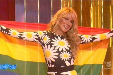 Gf Vip, Jo Squillo entra nella Casa con la bandiera arcobaleno