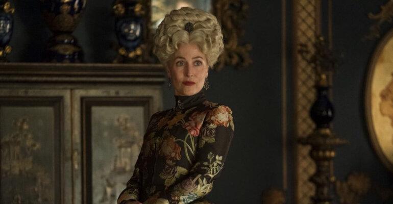 """Gillian Anderson è la mamma di Elle Fanning in """"The Great 2"""", le prime foto"""